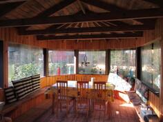 Kuvaa isosta n.13m2 grillaushuvimajasta, jossa siirrettävät lasi-ikkunat!