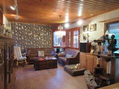 Kuvassa yläkerran v.2013 pintaremontoitu olohuone, josta ...
