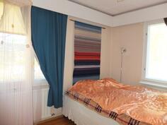 Makuuhuoneessa nro 2 on  ikkunat kahteen suuntaan