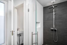 masterbedroomin yhteydessä kph ja wc, jonne kulku walk in-vaatehuoneen kautta