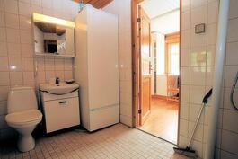 Kylppäri/wc:stä kodinhoitohuoneeseen päin
