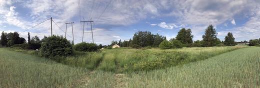 Tontin takalaidan suunnalta päin. Rajanaapuri vasemmalla, sisääntuloliittymä edessä, joki oikealla.