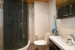 Yläkerran wc/kylpyhuone.