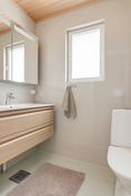 Päämakuuhuoneen yhteydessä erillinen kylpyhuone
