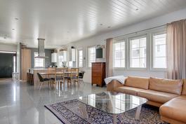 Alakerran avara ja valoisa olohuone / keittiö -yhdistelmä