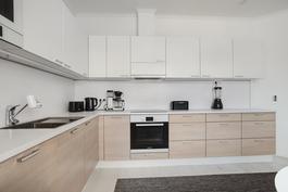 Kaunis keittiö, missä paljon kaappitilaa/ Vackert kök med mycket förvaringsutrymme.