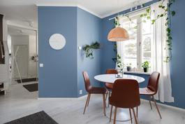 Kaunis, sininen tehosteseinä/ Vacker, blå fondvägg