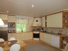 Talon näyttävän keittiön jääkaappi ja keraaminen sähköliesi uusittu!