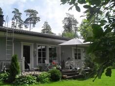 Talossa mm. kunnallistekniikka, leveät räystäät, patolevyt ja sadevesiviemäröinti!