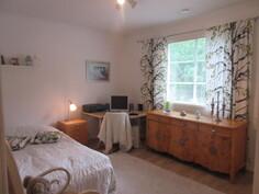 Kuvaa pintaremontoidusta kolmannesta makuuhuoneesta.