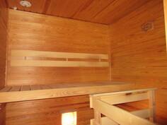 Siistissä saunassa sähkökiuas.