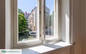 Leveät ikkunalaudat henkivät vanhan talon tunnelmaa