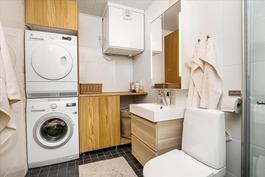 Yläkerran kylpyhuone,wc, kodinhoitotila