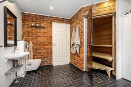 Alakerran sauna ja kylpyhuone