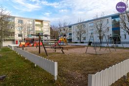Lasten leikkipaikka vieressä