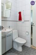 Pesuhuoneen ja wc:n välissä on ovi