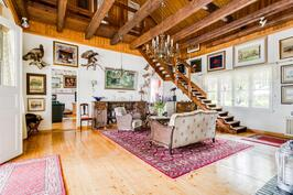 Olohuone ja portaat yläkertaan.