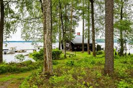 Rantasauna keskellä järveä.