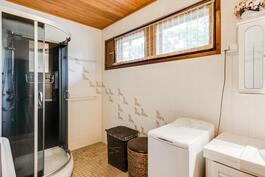 Kylpyhuoneessa komea suihkukaappi, jossa hierontatoiminto
