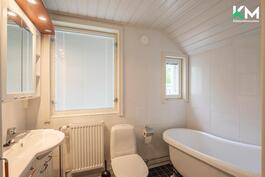 Yläkerran kylpyhuoneessa on valoa ja kaunis kylpyamme