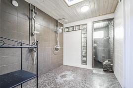 Tyylikäs vuonna 2008 remontoitu kylpyhuone
