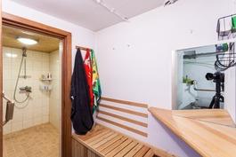 Kellarissa pesuhuone ja sauna