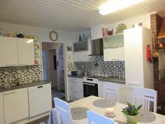 Talon sisäpinnat uusittu v.2011 raikkaan valoisiksi ja mm. keittiökaapistot runkoineen uusittu!