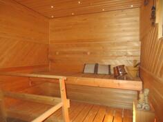 """... uusitussa saunassa on kauniit """"tahtitaivas"""" -kuituvalot, saunan seinäpaneloinnit ..."""