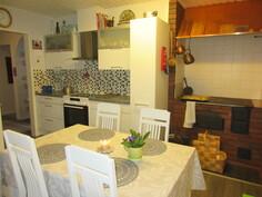 V.2011 uudistetussa keittiössä myös mainio puulämm. hella leivinuunein ja ...