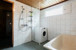 päärakennuksen kylpyhuone ja sauna