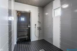 Pesuhuone, jossa kaksi suihkua