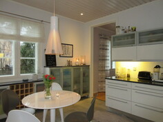 Talossa kaunis Mavi Kalusteen keittiö ja lattioissa on runsaasti myös laatoitusta!