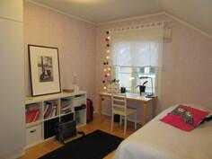 ... yläkerran kolmas makuuhuone, joissa on myös kaapistot!