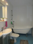 Kuvassa yläkerran kaunis kylpyhuone.