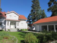 Kesäkuvaa mm. talon edustavasta katetusta sisääntulosta ja komeista harmaagraniittiportaista!