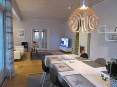 Talon olohuoneessa on mm. keraaminen varaava takka ja saarniparkettilattia!