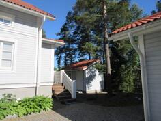 Pihapiirissä on myös asiallinen varasto/puuvaja ja kiinteistö on HETI VAPAA!