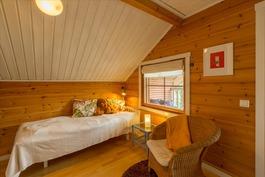 Yläkerran suuri makuuhuone on jaettu kevyellä sein
