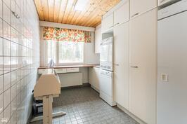Kodinhoitohuone missä kuivauskaappi