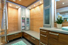Pukuhuoneessa integroitu jääkaappi ja pyyhepatteri