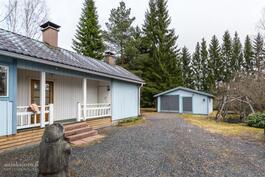 rakennuksen matalassa osassa pukuhuone, sauna, tekn.tila ja varasto