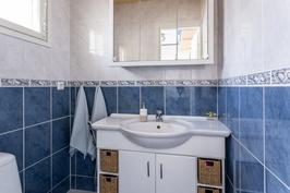 Päämakuuhuoneen käytössä oma wc ja pukeutumistila