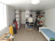 Alakerran huone soveltuu esimerkiksi työ-/vastaanottohuoneeksi