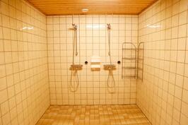 kylpyhuoneesta löytyy kaksi suihkua