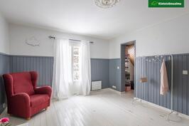 Yläkerran makuuhuone, oikealla vaatehuone