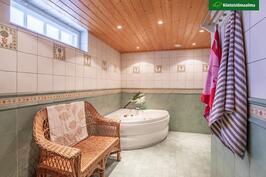 Kylpyhuone ovelta katsottuna