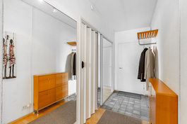 Eteisessä isot peilit ja ulko-oven edessä käytännöllinen klinkkeri lattia