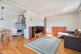 Keittiö ja olohuone avointa tilaa