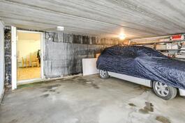 Kahden auton autotalli keskikerroksessa