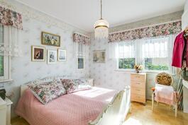 Oikean puoleisen huoneiston makuuhuone